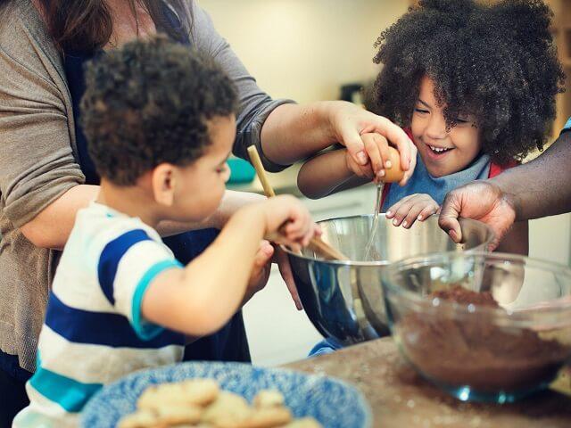 A family baking cakes